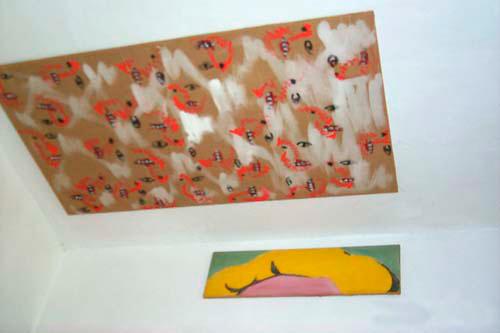 an der Decke ein vielfach wiederholtes schematisches Gesicht, wand-ständig die Frisur der Monroe (von Warhol)