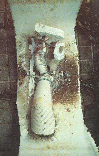 Armabguss mit Gipsresten, Modeschmuck und Bemalung im Badewannensegment