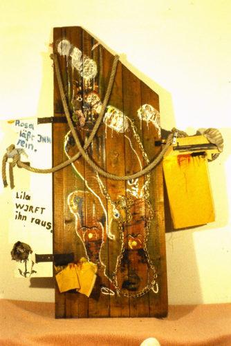 alte Holztür, Kette, Strick, verschiedene Stoffe, aufgeklappt