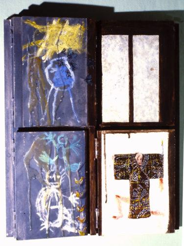 Kinderzeichnungen und die Tür des Häuschens aus Schriesheim