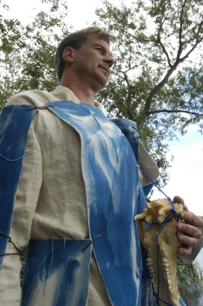 Axel Theune mit Wildschweinschädel