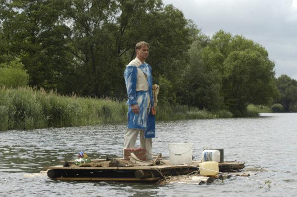 der Kunstahne auf dem Floß