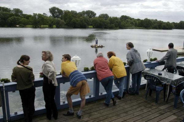 das Floß auf dem See, davor die Zuschauer