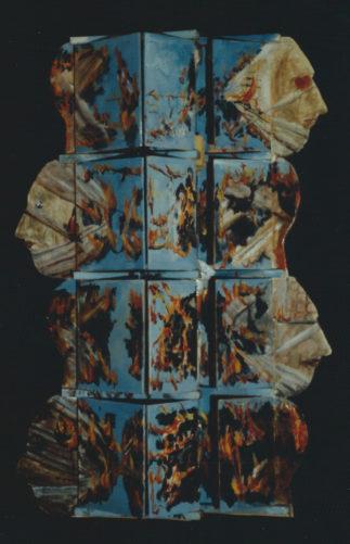 Feuer und Köpfe vor blauem Hintergrund