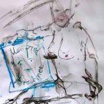 Frauenakt, auf dem Boden sitzend, in der Hand ein Bild mit einem Signum von Manfred Forschner