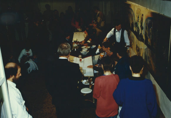 Gesellschaftessen vor dem Bild Gesellschaftessen, Galerie Beck 6