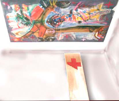 zweiteiliges Deckenbild, Beuysdarstellung, sowie Besen und Steinelemnten, dazu ein rotes Kreuz auf dem kleineren Bild