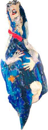 Frau im blauen Kleid mit roter Schleife