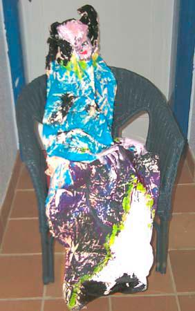 Knitterleinwandobjekt, Frau mit blauer Bluse und violettem Rock