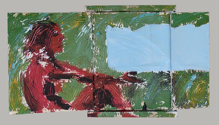 rotgefärbte Frau im Grünen vor blauem Element