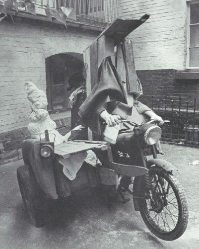 Objet de moto » - Objets, polyester, yeux en verre (disparu sauf fragments), 1971