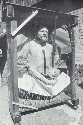 Autoportrait au placard » - Objets, polyester, yeux en verre, 1975