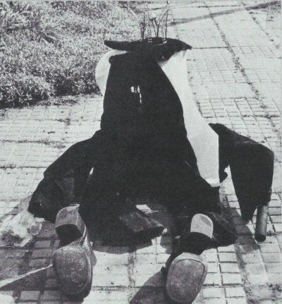 Consécration, le chemin commun pour y parvenir et le résultat final » - Vêtements, échafaudage en acier, crâne de mouton, objets, 1974