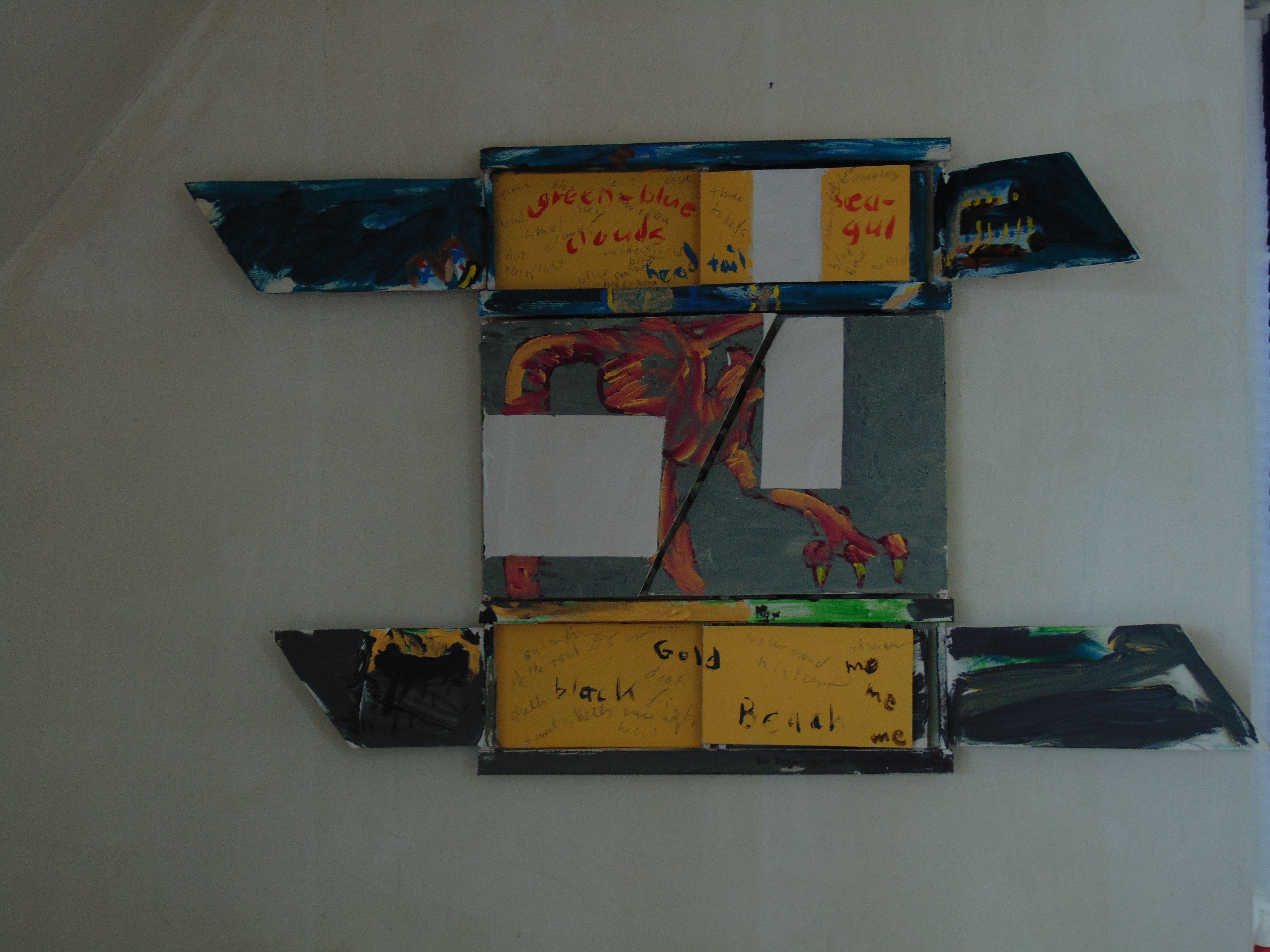 Mittig: ein Vogelkörper, oben und unten sind Schriftelemente zu sehen, die ein Bild markieren